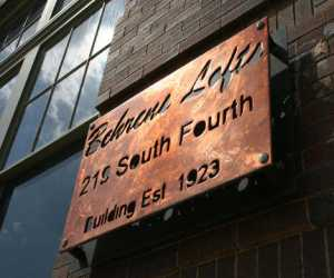Behrens lofts sign